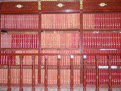 Tres cossos de prestatgeria de la galeria amb publicacions periòdiques antigues
